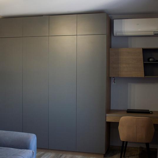 Распашной шкаф с рабочим местом