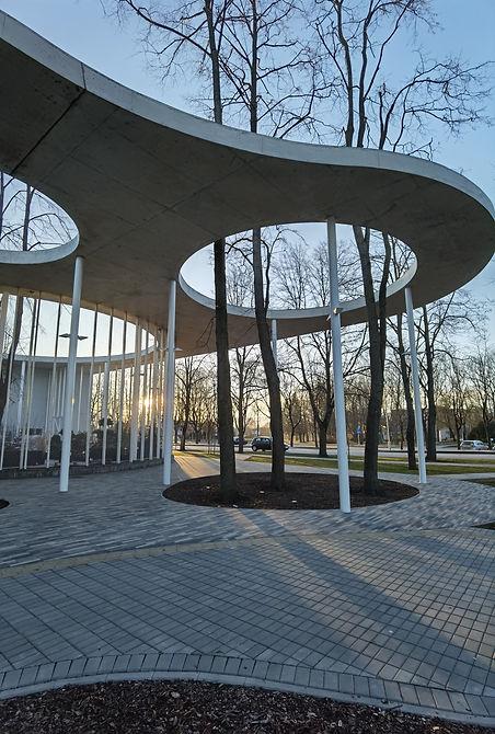 """Vilkaviškio fondas - Kartais žmonės įsivaizduoja, kad gražūs pastatai gali būti tik dideliuose ir gražiuose miestuose. Kad dideli darbai ir tikslai - tik dideliems. Tačiau istorija rodo ką kita, o istorija yra kuriama šiandien.  Vilkaviškis – nedidelis miestas pietvakarių Lietuvoje, jame gyvena vos 9,5 tūkst. gyventojų. Kas nutiko, kad apie mažai žinomą provincijos miestą ėmė rašyti įtakingi pasaulio dienraščiai bei didžiules auditorijas turintys dizaino ir architektūros žurnalai? """"The Guardian"""", """"Icon"""", """"Whitemad"""", """"Archdaily"""", """"Octogon"""" – kuo šių leidinių ir interneto platformų žurnalistus sudomino Vilkaviškis?  Neįtikėtina – tai buvo autobusų stotis. Tiksliau, puikaus Lietuvos architekto Gintaro Balčyčio sukurtas stoties projektas."""
