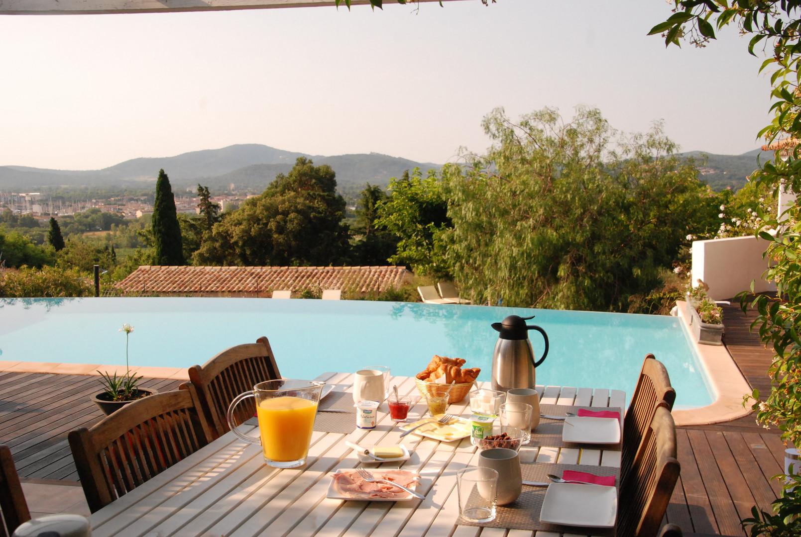 Petits-déjeuners en bord de piscine.JPG