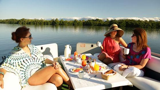 Refugio del Sol desayuno en catamaran1.jpg