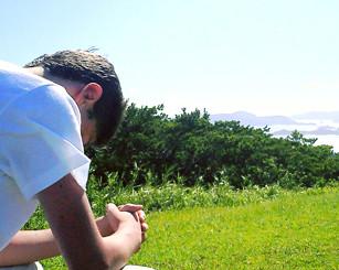 Jovem meditando