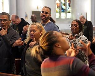 As mulheres podem conduzir uma oração pública?