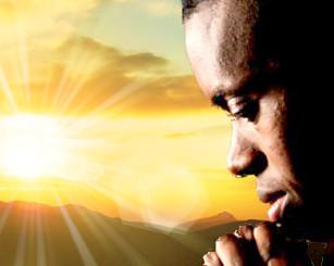 Homem orando pela manhã