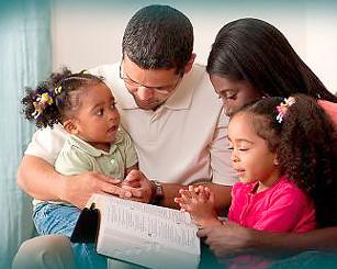 Família reunida para o culto doméstico