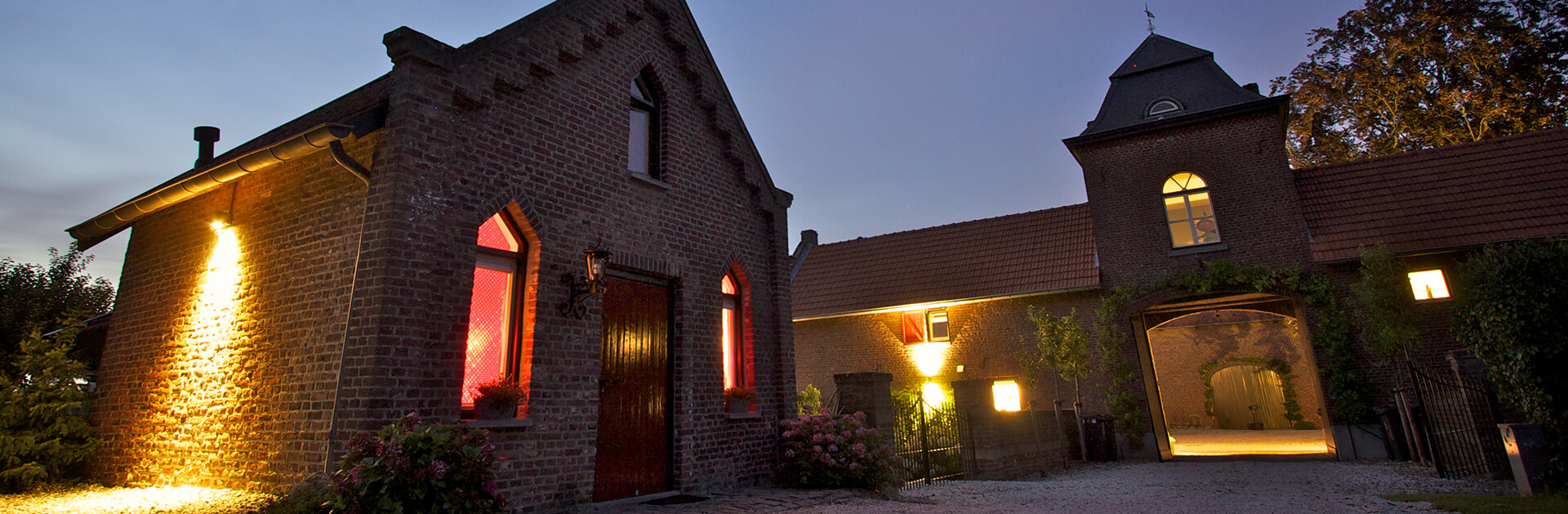 Huiskenshof and Bakhuis by night