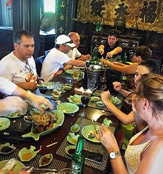 almoço_em_um_restaurante_tipico.jpeg