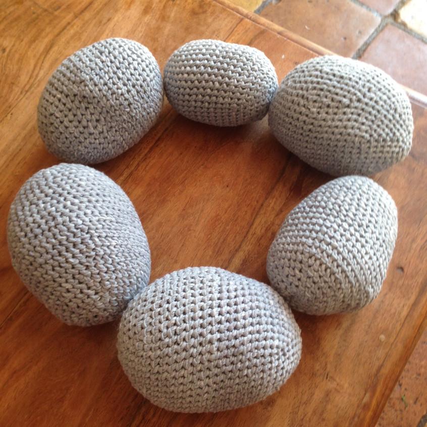 Des galets en laine crochetée
