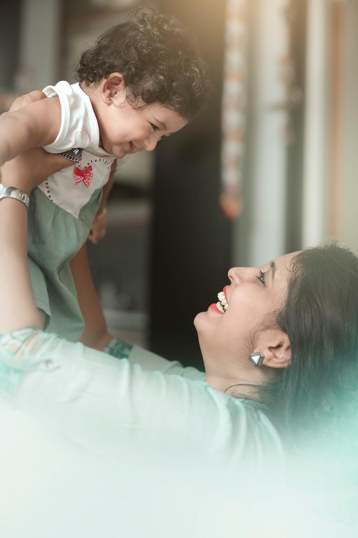 Mãe com bebê nos braços sorrindo