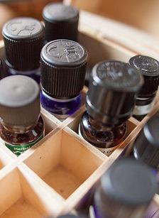 世界で一つの香り。20種類以上のエッセンシャルオイルをご用意しております。  お好みや心身の状態に合わせてお選びいただけます。  また、ブレンドも可能です。    世界で一つの、あなただけの香りをお楽しみください。