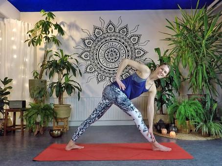 Mjuk yoga med valbart sätt att delta.