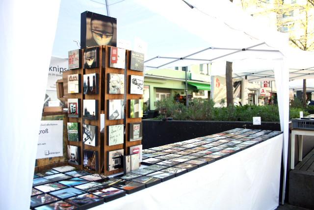 Verkaufsstand mit Dach und Auslage vieler Fotoquadrate