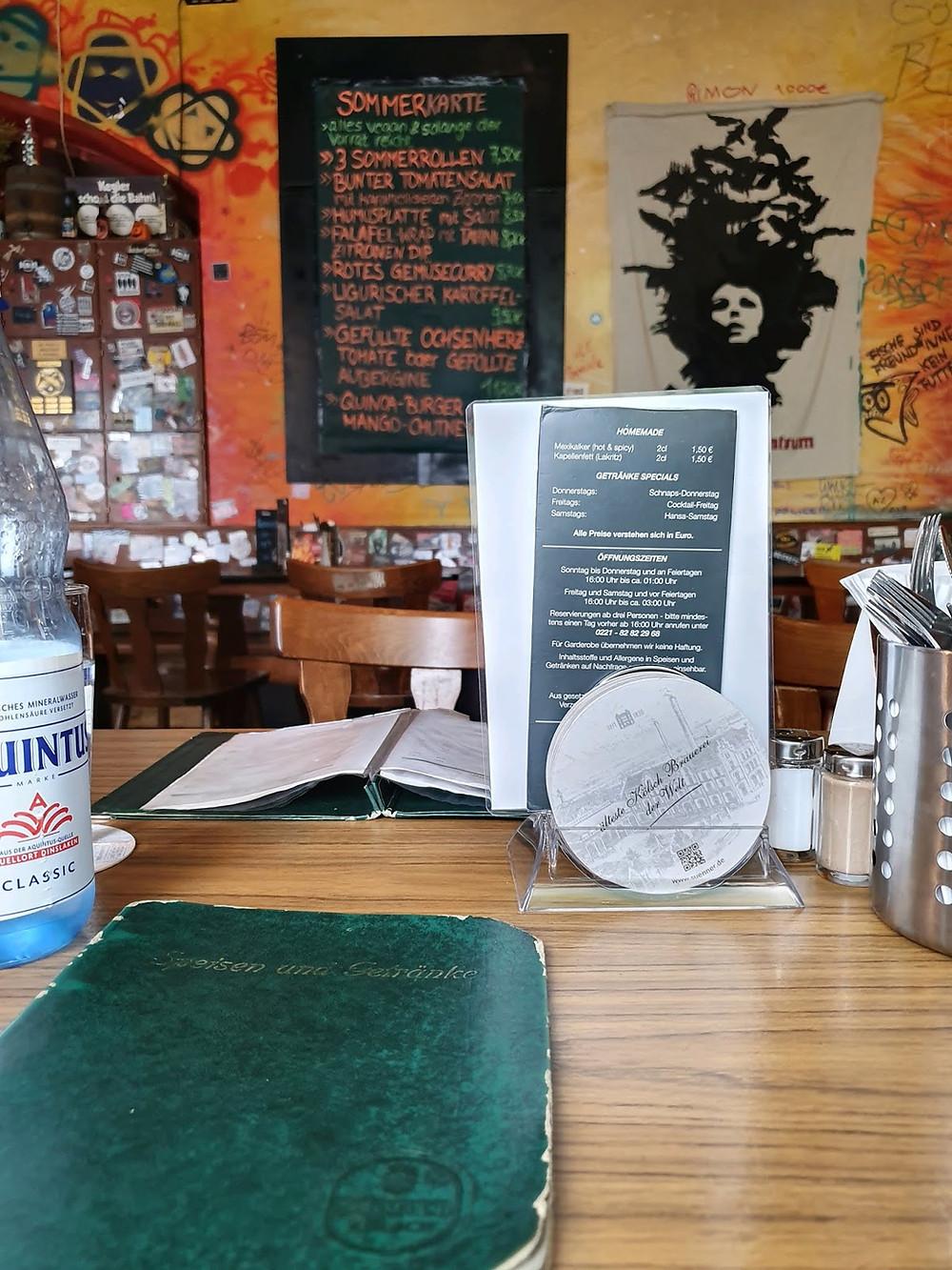 Ansicht der Speisekarte vom Tisch innen