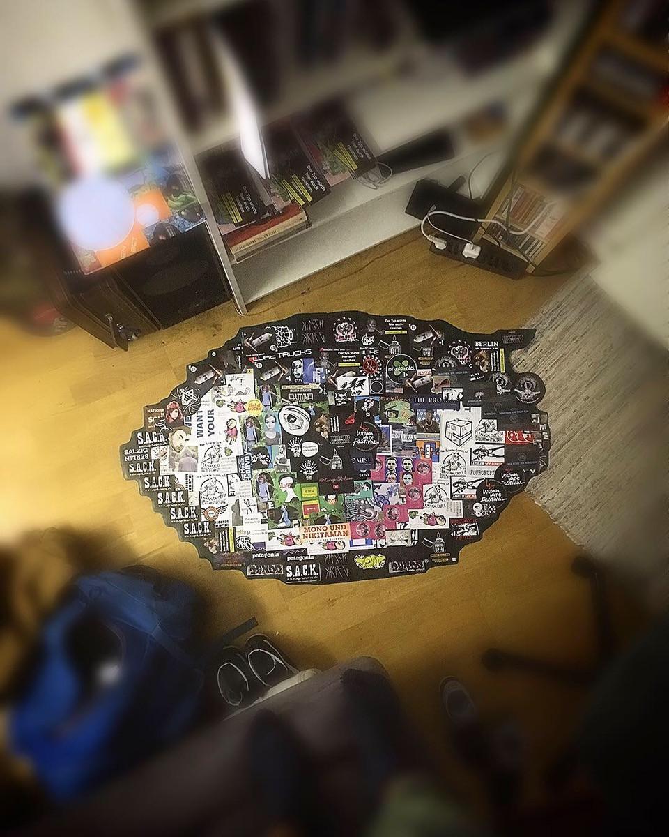 Sticker auf dem Fußboden in Form eines Auges angeordnet