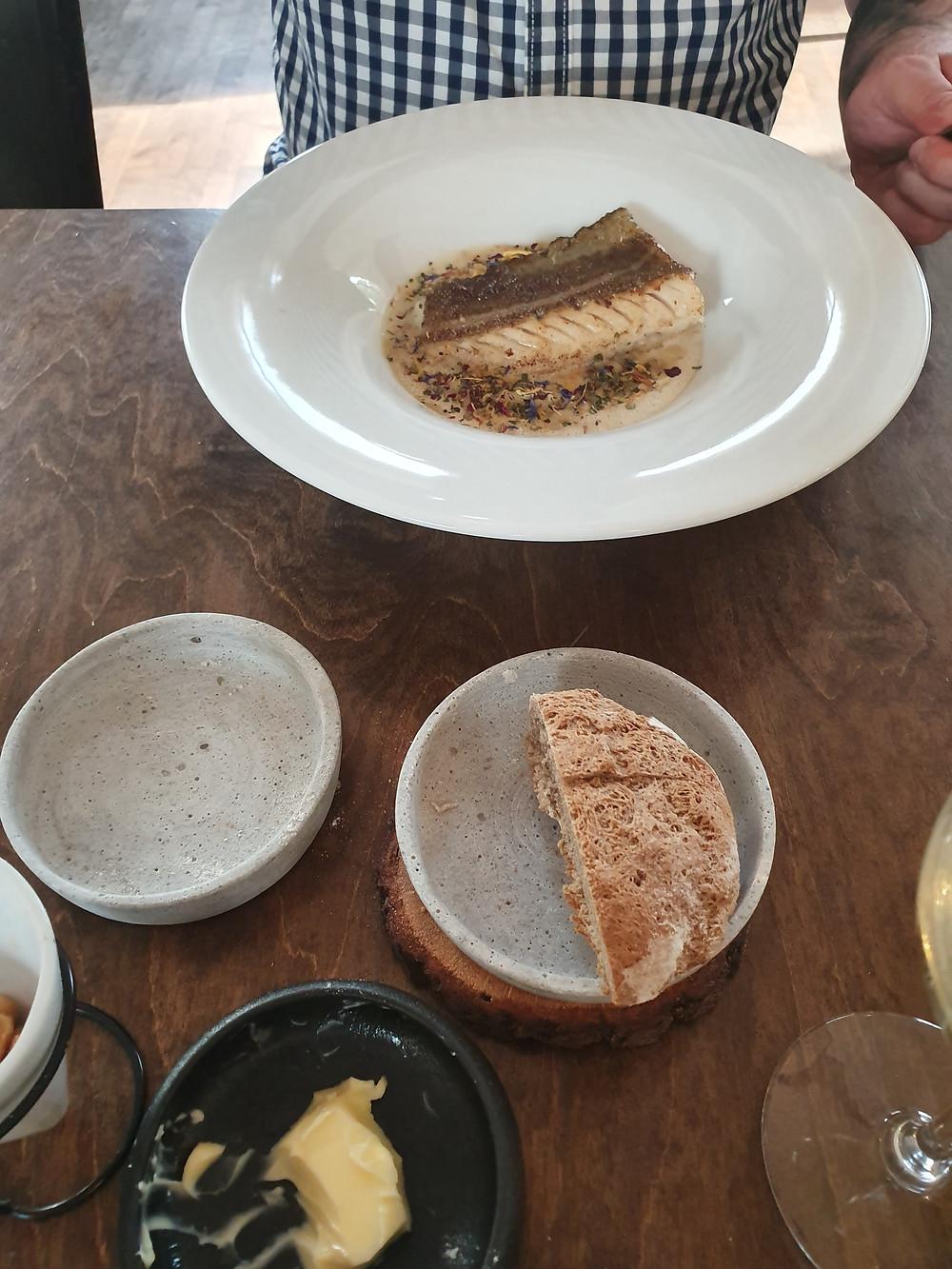 Teller mit Kabeljau, Brot und Butter