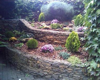 многоуровневый альпинарий в саду