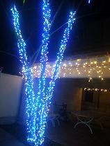 новогоднии герлянды на деревьях