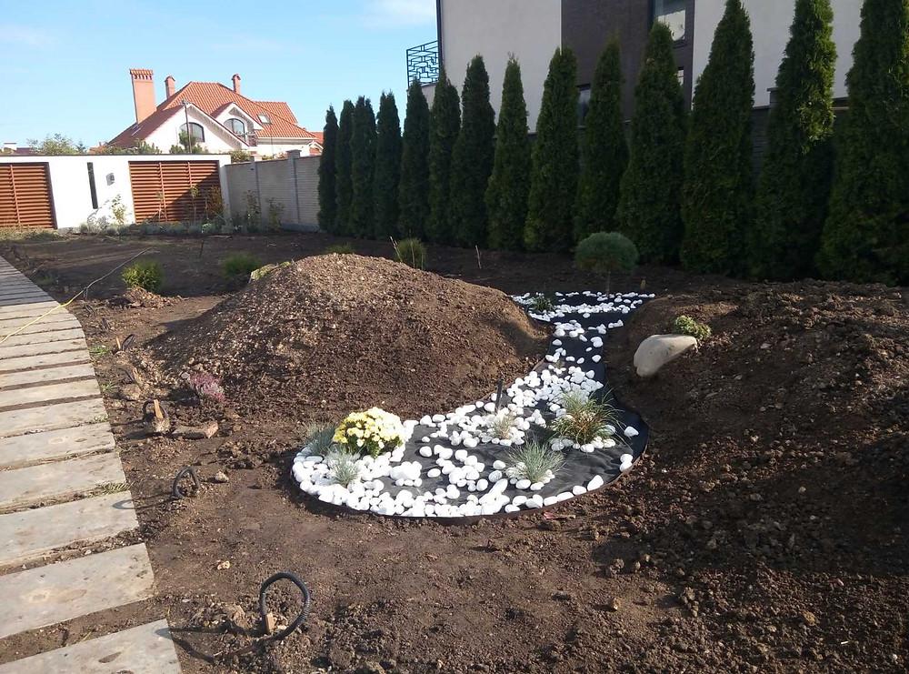 Процесс подготовки участка к укладке рулонного газона в Совиньоне