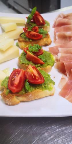 Bruschette al pesto e pomodorini  | Ristornate Gold Hotel Bordighera