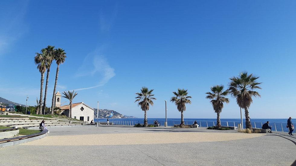 Bordighera città delle Palme, con la chiesetta di Sant'Ampelio e il mare