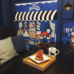 #딸기녹차치즈케익 과 함께 달콤한 피카 타임🍓_피카 가로수점의 새로운 일러스트 시트지도 함께!_#피카 #카페피카 #가로수길맛집 #가로수길카페 #가로수길디저트 #fika #swed