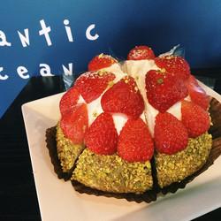 피카의 인기 디저트중 하나인 딸기 녹차 치즈 케이크에요! 녹차맛 시트위에 부드러운 크림치즈와 달달한 딸기가 올려져 있는 눈과 입이 모두 즐거운 케이크랍니다