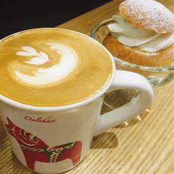 폭신한 셈라와 따뜻한 라떼 한 잔😌_#피카#셈라#라떼#달라호스#fika#swedish #desert #semla #dalahorse #latte #latteart