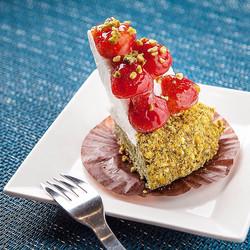 나른한 목요일 오후, 상큼한 딸기 녹차 치즈케익으로 피로를 날려보세요!😋