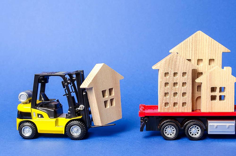 yellow-forklift-mengangkut-bagian-rumah