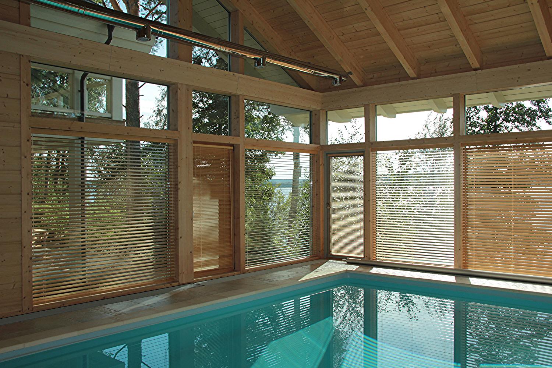 Деревянные жалюзи в басейне