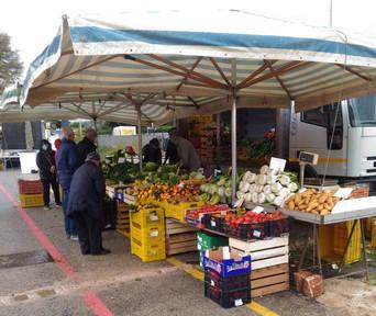 ALBEROBELLO - Sui banchi del mercato settimanale