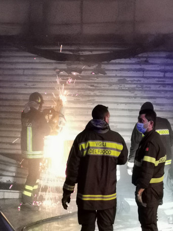 ALBEROBELLO - Incendio coinvolge una attività commerciale in città