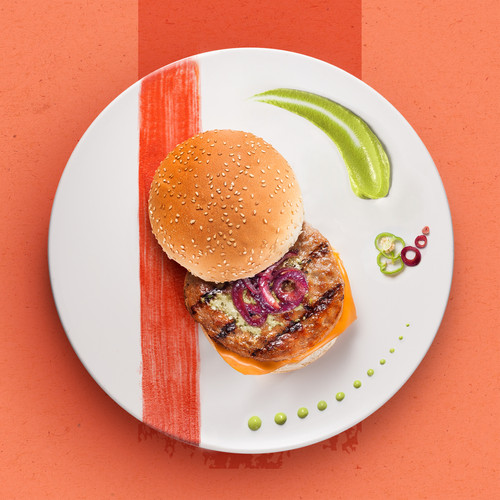 HAMBURGER WITH CARAMELIZED ONION, AVOCADO CREAM AND FRIGGITELLI