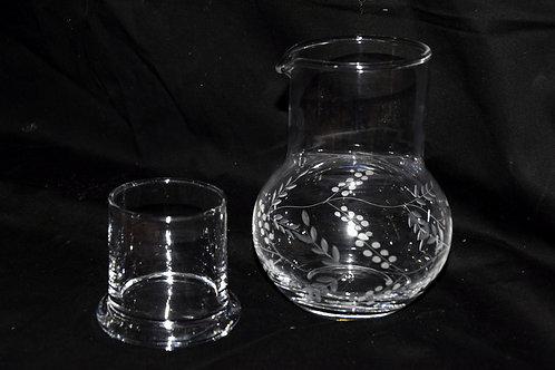 Jarro velador tallado con vaso incorporado