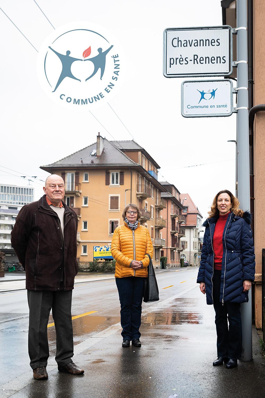 M. Jean-Pierre Rochat, Syndic, Mme Isabelle Steiner, Municipale et Mme Loubna Laabar, Municipale posent devant le panneau Commune en santé.