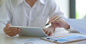 stock-market-experts-use-tablet-to-follo