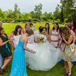 Die Braut  mit Trauzeugin auf einem Fotoshooting