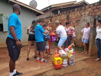 Professores das escolas esportivas distribuem presentes a crianças carentes de Paulínia