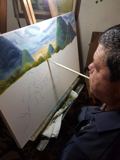 Paço Municipal receberá exposição de artista que pinta com boca e pé