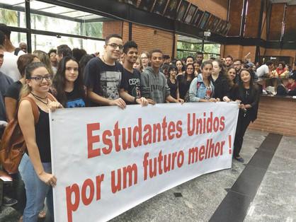 Protesto estudantil derruba projeto de lei de prefeito Dixon
