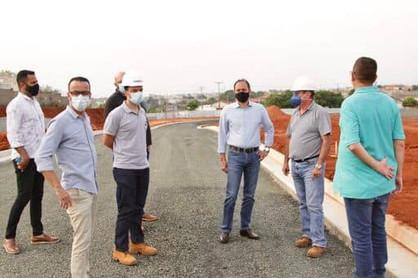 Prefeito acompanha obras finais de pavimentação da nova ponte que ligará o Centro ao João Aranha