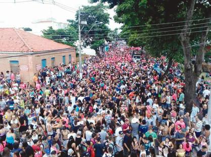 Primeiro dia de Carnaval reúne cerca de 15 mil foliões na Avenida José Paulino