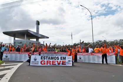 Funcionários da Replan mantêm adesão à greve nacional iniciada há sete dias