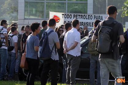 Funcionários da Replan paralisam durante duas horas em frente à refinaria