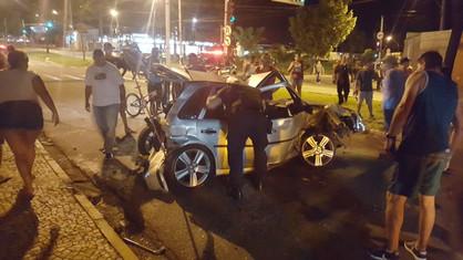 Caminhonete avança sinal vermelho e causa acidente envolvendo seis pessoas