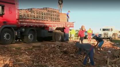 Caminhão de mandioca tomba no km 127 da Rodovia Zeferino Vaz