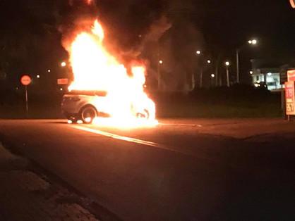 Carro pega fogo na Avenida José Paulino após superaquecimento