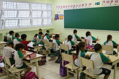 Alunos da rede pública de ensino continuam sem materiais e uniformes escolares