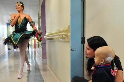 Bailarina de Paulínia se apresenta para pacientes do Hospital Infantil em Joinville