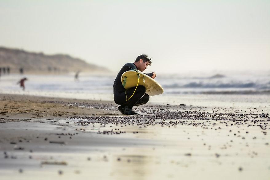 surfeur attendant la vague sur la plage