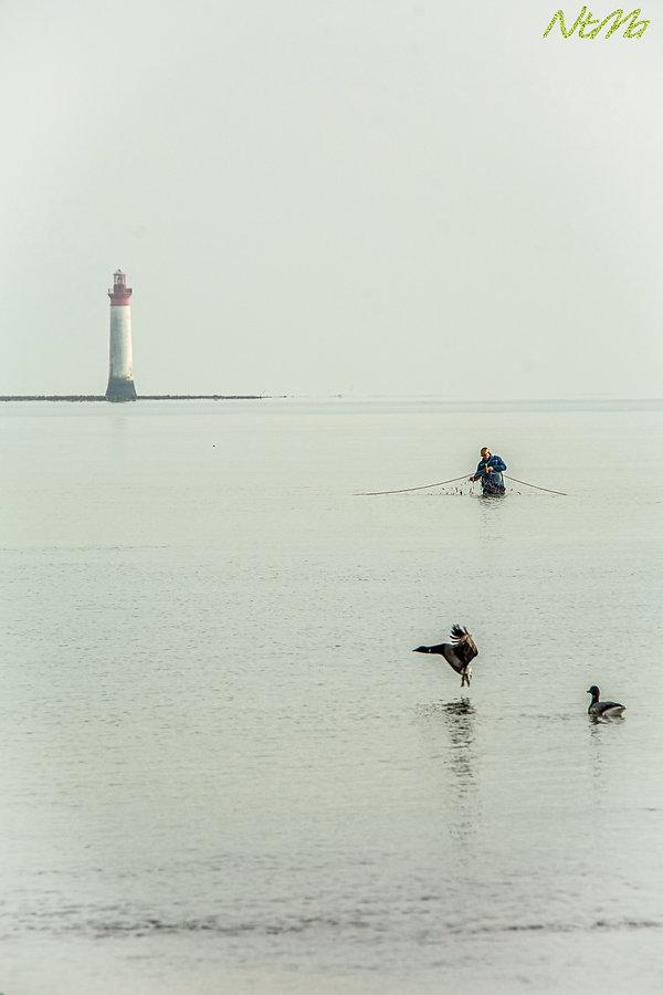 un pêcheur dans l'eau